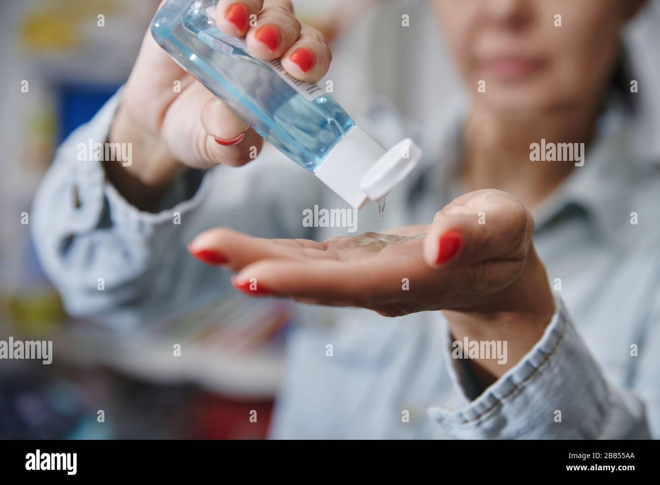 Mujer usando una loción hidratante para la desinción Foto de stock