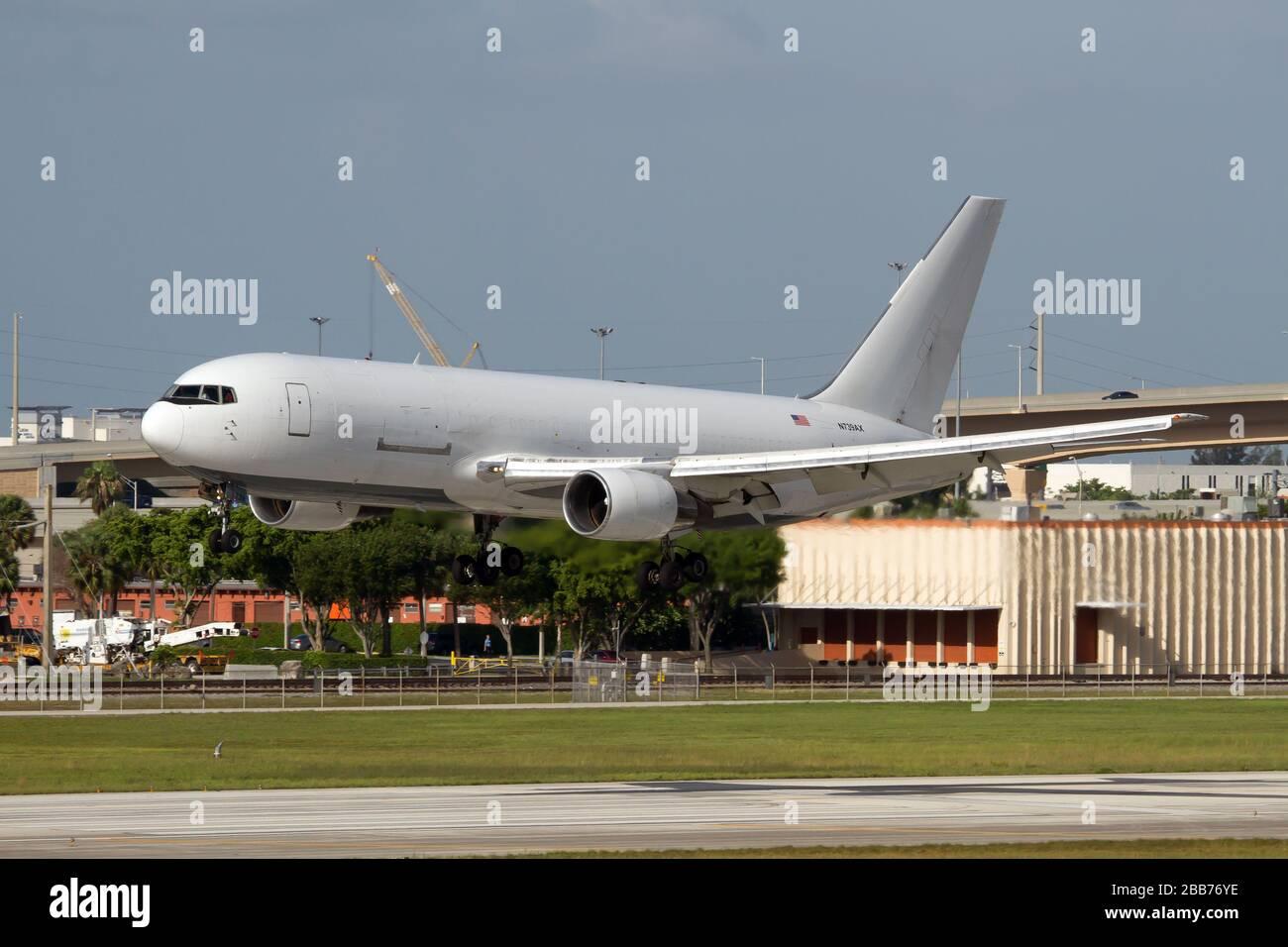 Un avión de carga Amerijet International Boeing 767-200 aterriza en el aeropuerto internacional de Miami. Foto de stock
