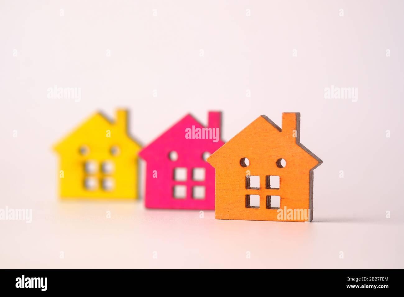Inversión inmobiliaria y aumento de concepto de valor con casa colorida Foto de stock