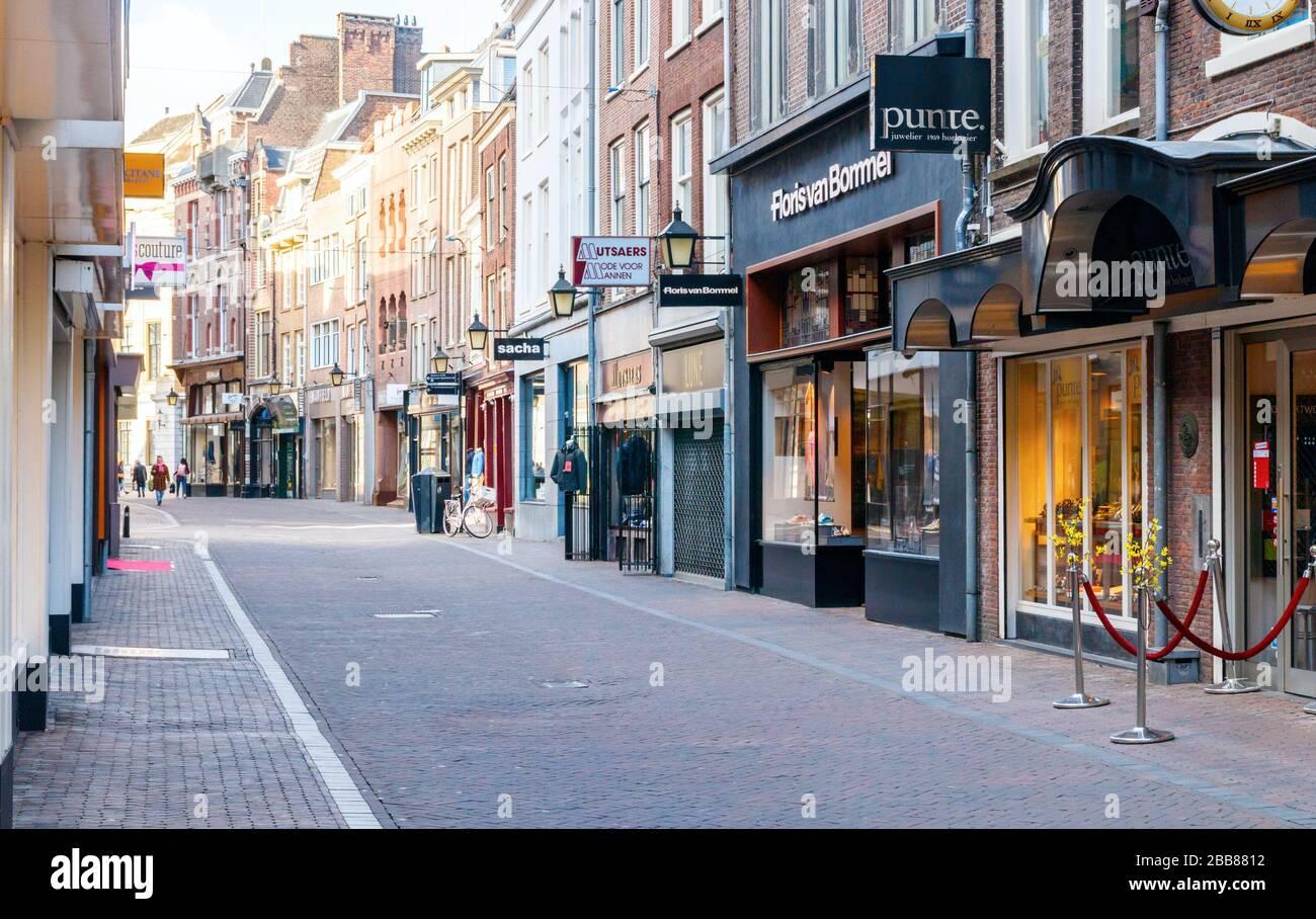 Vista de una tranquila Choorstraat con numerosas tiendas cerradas. Debido a la pandemia COVID-19 las calles están desiertas. Países Bajos. Foto de stock