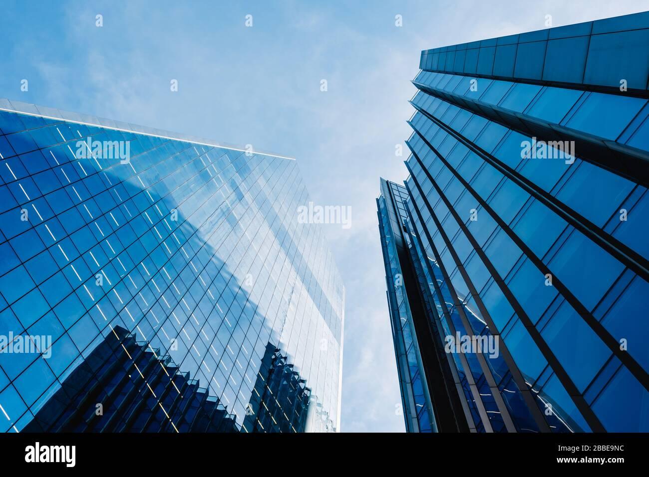 Londres, Reino Unido - 14 de mayo de 2019: Vista de bajo ángulo de los edificios de oficinas en la ciudad de Londres contra el cielo azul. Foto de stock