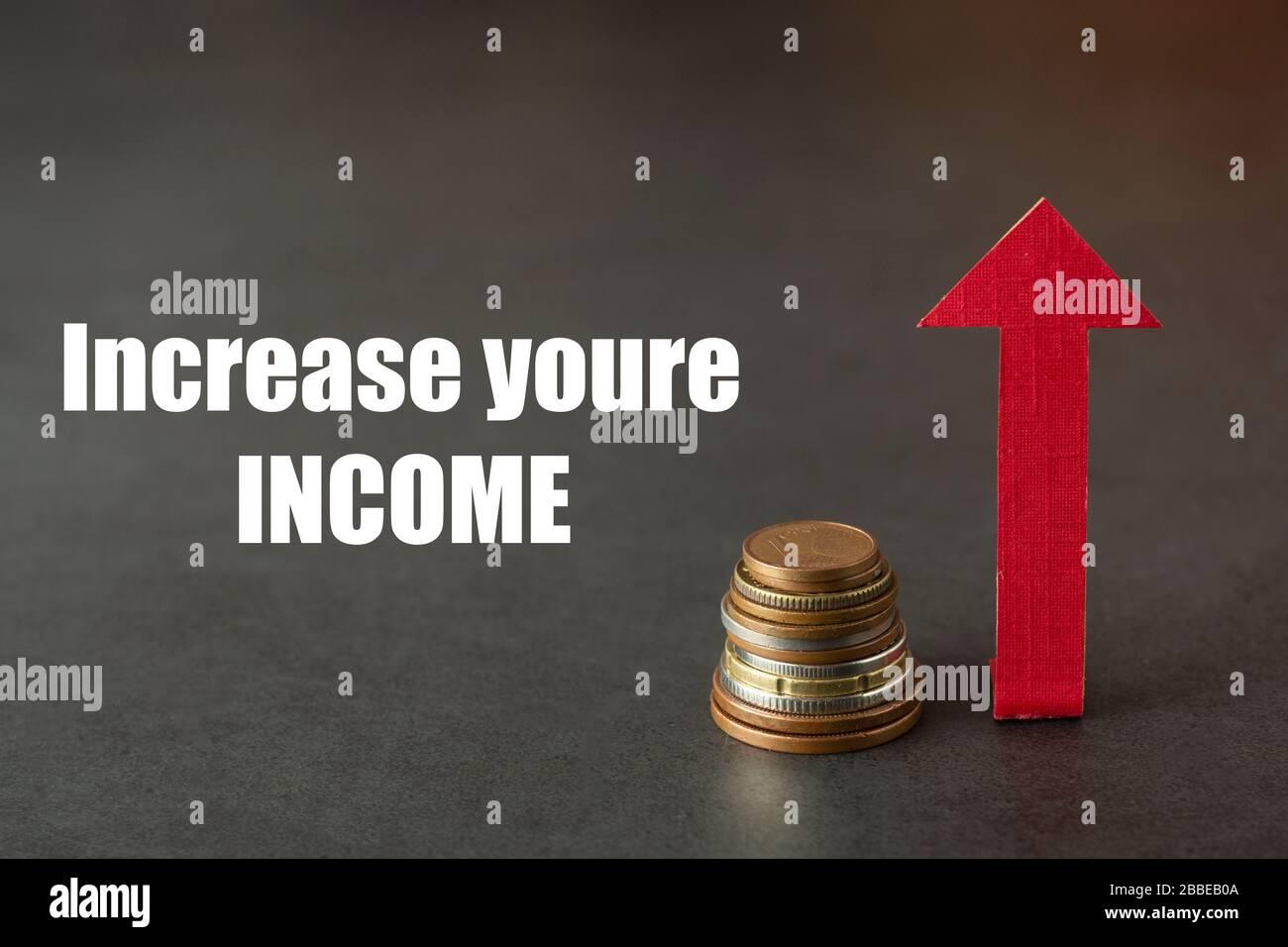 Aumente sus ingresos. Bolsa de dinero y arriba de la carta dibujada. Aumento del salario o de los ingresos. Espacio de copia, fondo oscuro. Foto de stock