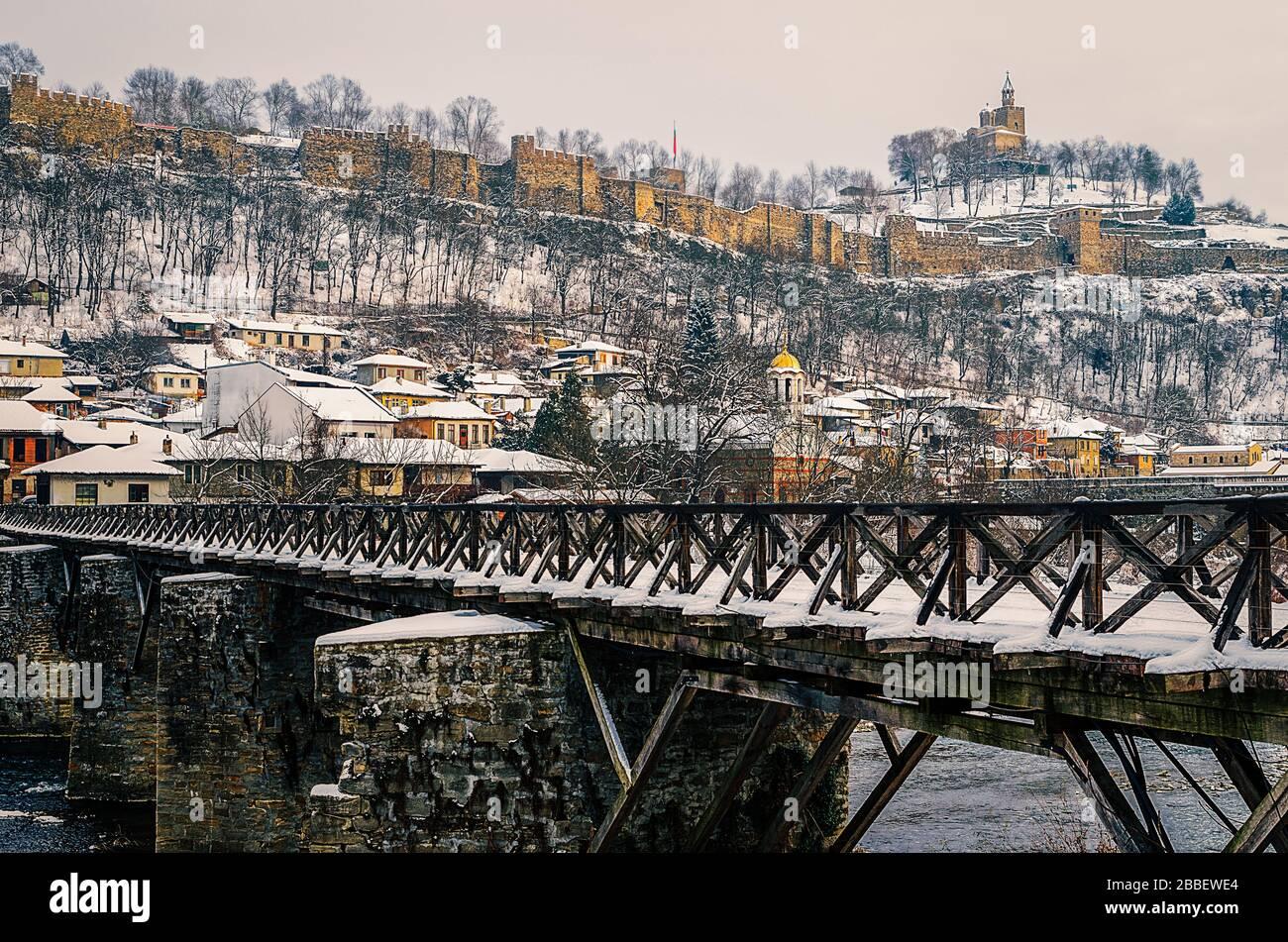 Vista de la fortaleza de Tsarevets y el puente de los obispos sobre el río Yantra en invierno Veliko Tarnovo Bulgaria Foto de stock