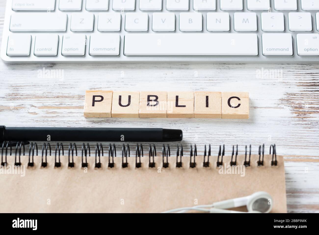 Concepto de relaciones públicas con letras en cubos Foto de stock