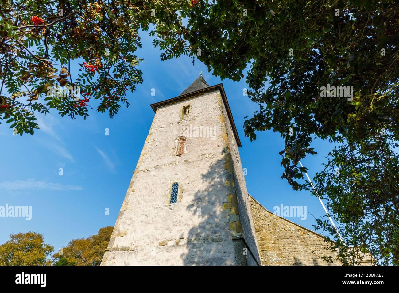Iglesia de la Santísima Trinidad, un edificio histórico catalogado como Grado 1 en Bosham, un pequeño pueblo en Chichester Harbor, West Sussex, en la costa sur de Inglaterra Foto de stock