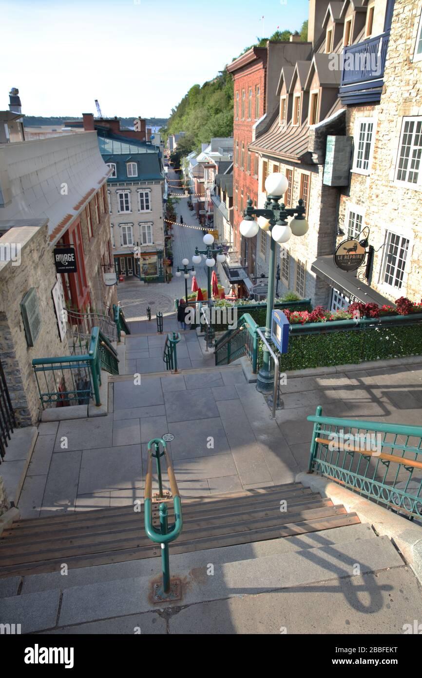 Comúnmente conocida como 'Escalier Casse-cou' (Breakneck Stairs), la escalera se utilizó hasta 1635 y continúa sirviendo como un atajo desde la Ciudad Baja (Quartier Petit-Champlain) hasta la Ciudad Alta (Chateau Frontenac), Ciudad de Quebec, Provincia de Quebec, Canadá Foto de stock