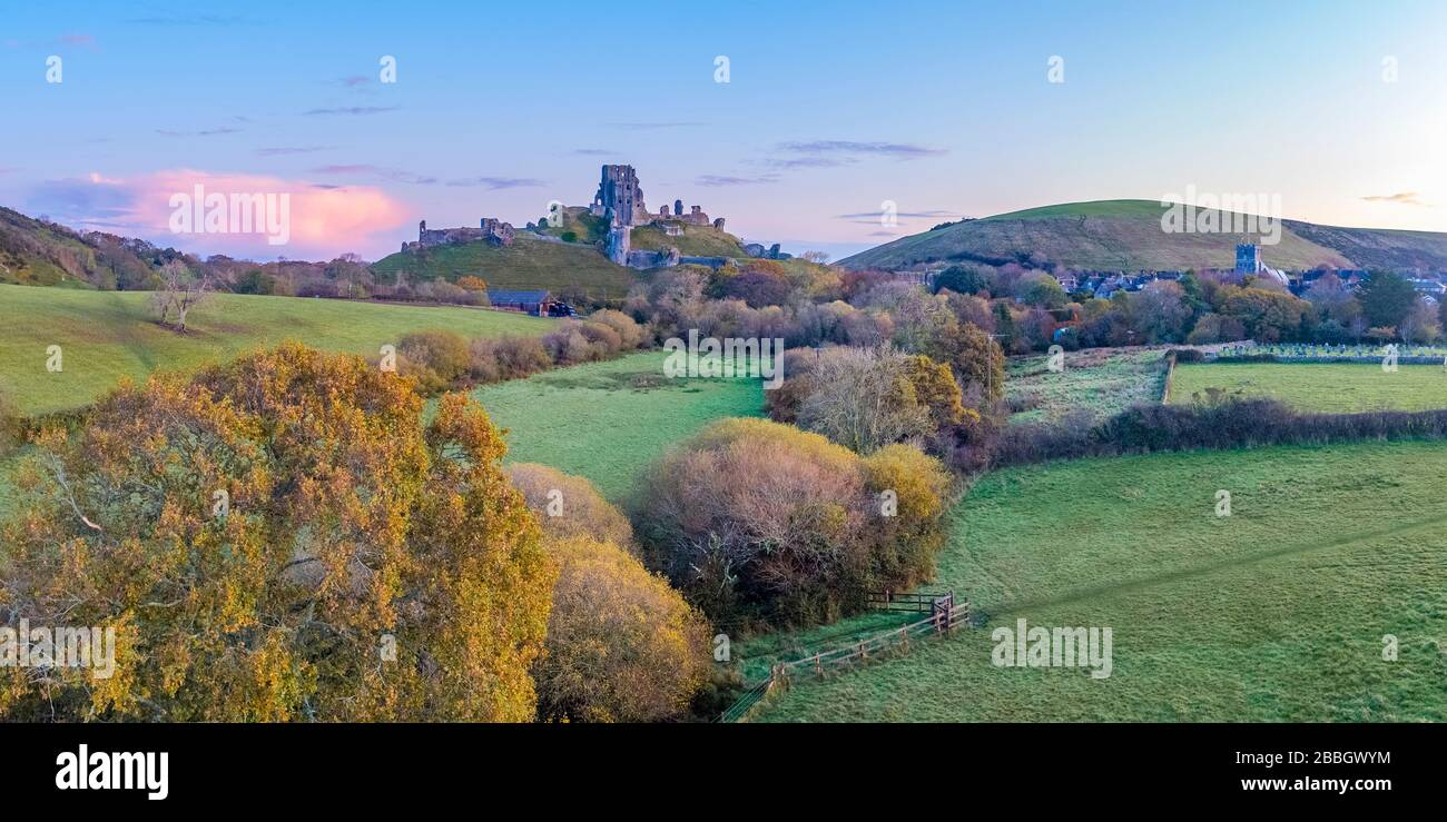 Reino Unido, Inglaterra, Dorset, Corfe Castle (Drone) Foto de stock