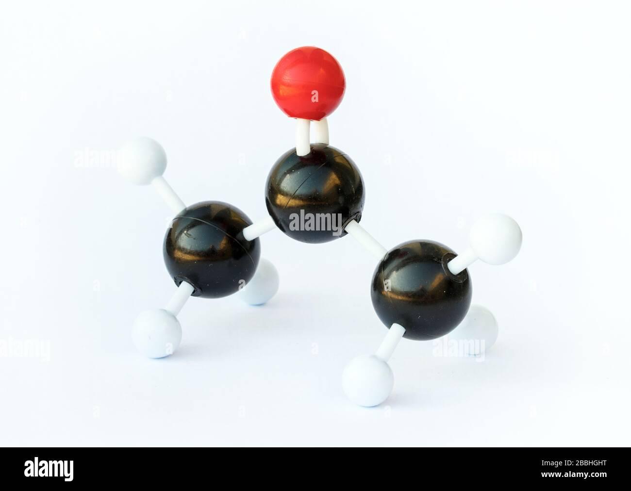 Modelo de bola y palo de una molécula de acetona (fórmula química (CH3)2CO) sobre fondo blanco. La acetona es la cetona más pequeña y se usa comúnmente como Foto de stock