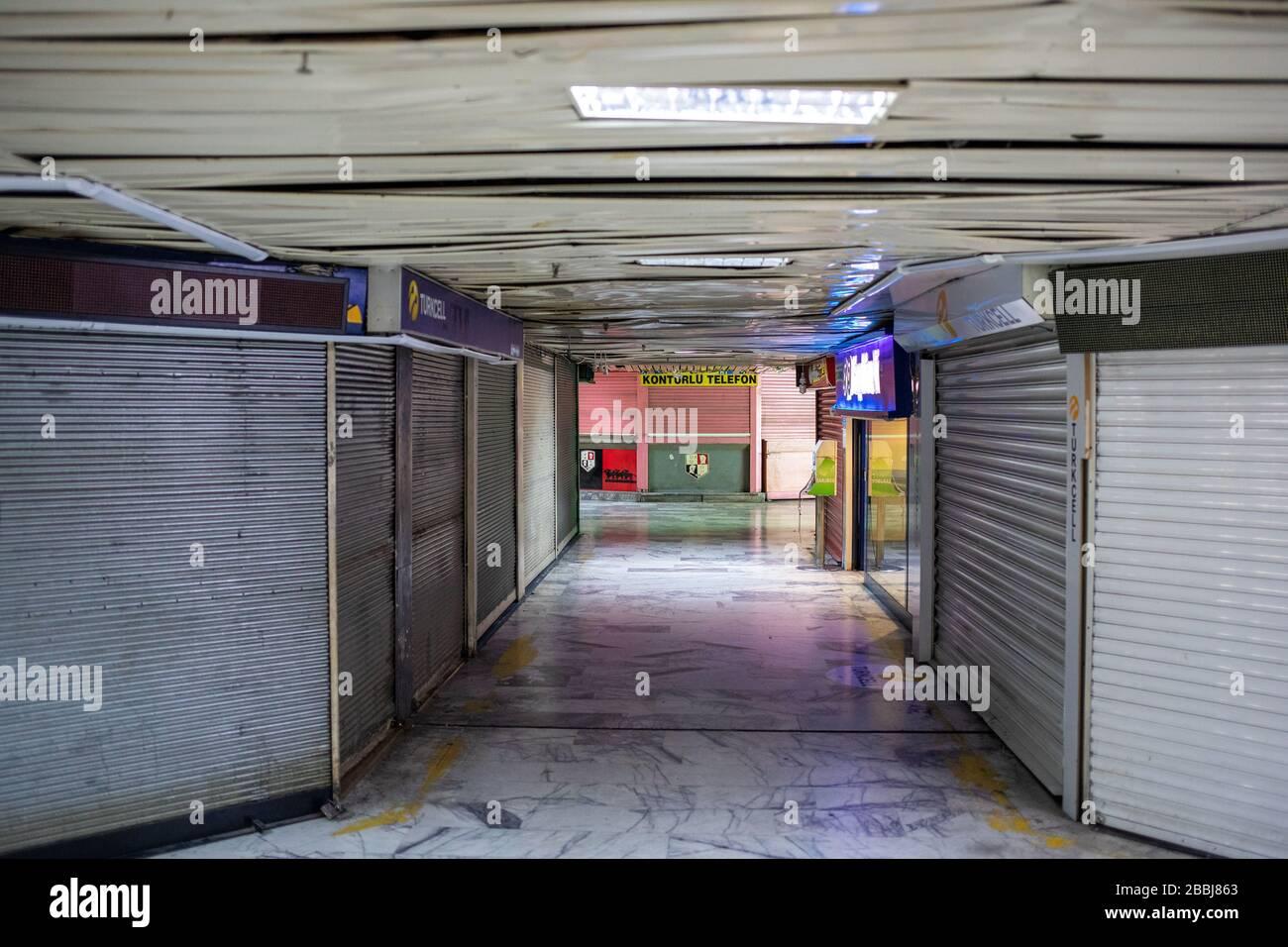 Vista vacía de la terminal de autobuses. Dentro del ámbito de la amenaza del coronavirus, los servicios en la terminal de autobuses de Esenler. Foto de stock