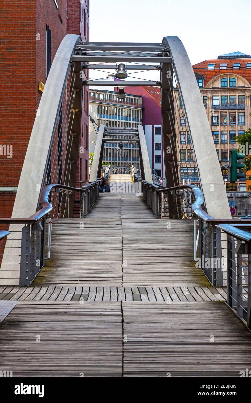 Puente Kibbelsteg sobre el canal Brooksfleet en el distrito de almacenes Speicherstadt en la ciudad de Hamburgo, Alemania Foto de stock