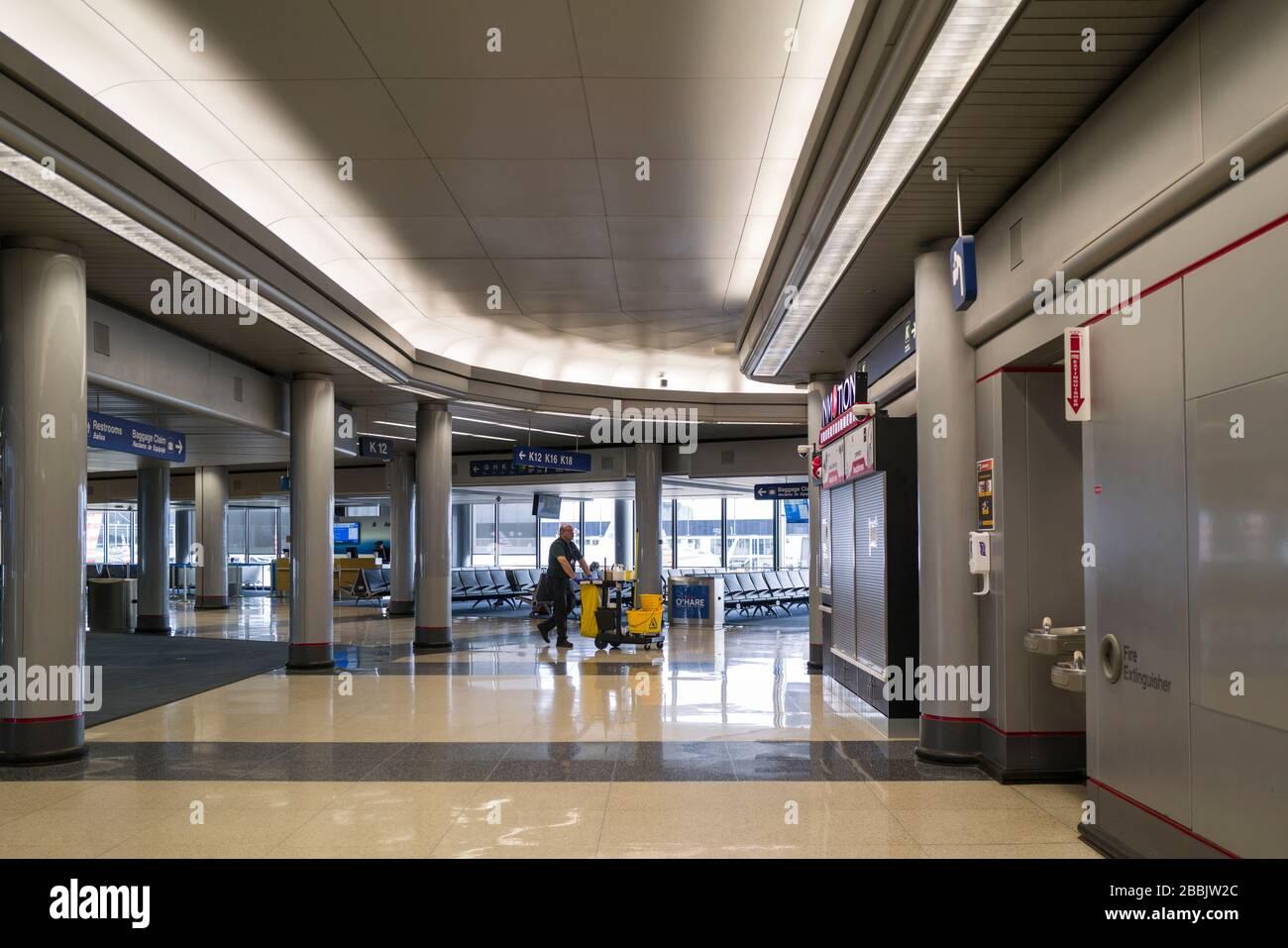 Aeropuerto Internacional o'Hare en Chicago, una vez uno de los aeropuertos más concurridos de los Estados Unidos está ahora completamente vacío debido a la pandemia de Coronavirus COVID-19. Foto de stock