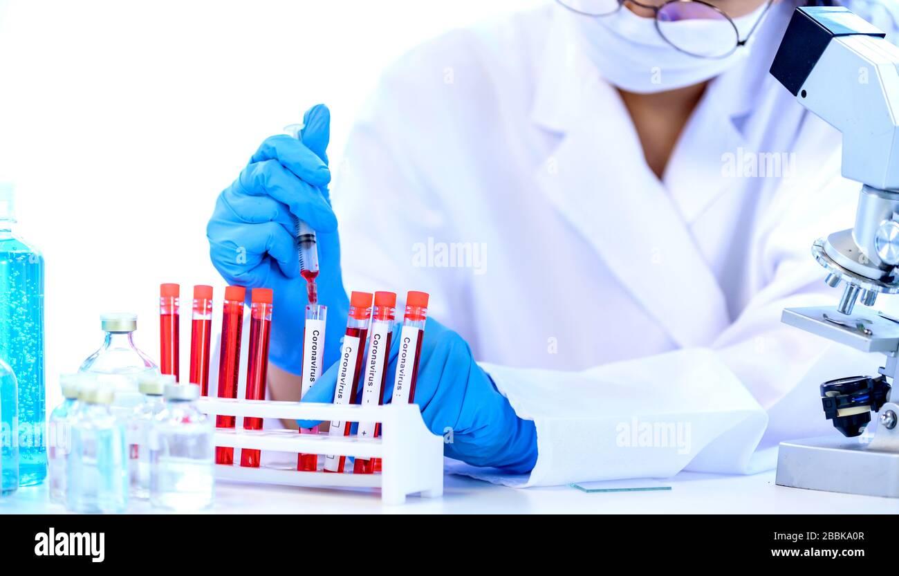 Científico con vacunas y tratamientos contra el coronavirus. Desarrollo terapéutico COVID-19 para pacientes infectados. Antivirus y detener el brote de virus. Foto de stock