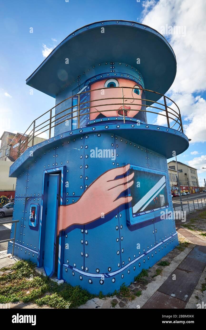 Arte callejero que representa una cara y pintado a mano en un antiguo edificio de guarda de cerraduras en el Quai de Sénégal en Bacaran-Bassins à Flot, Burdeos Foto de stock