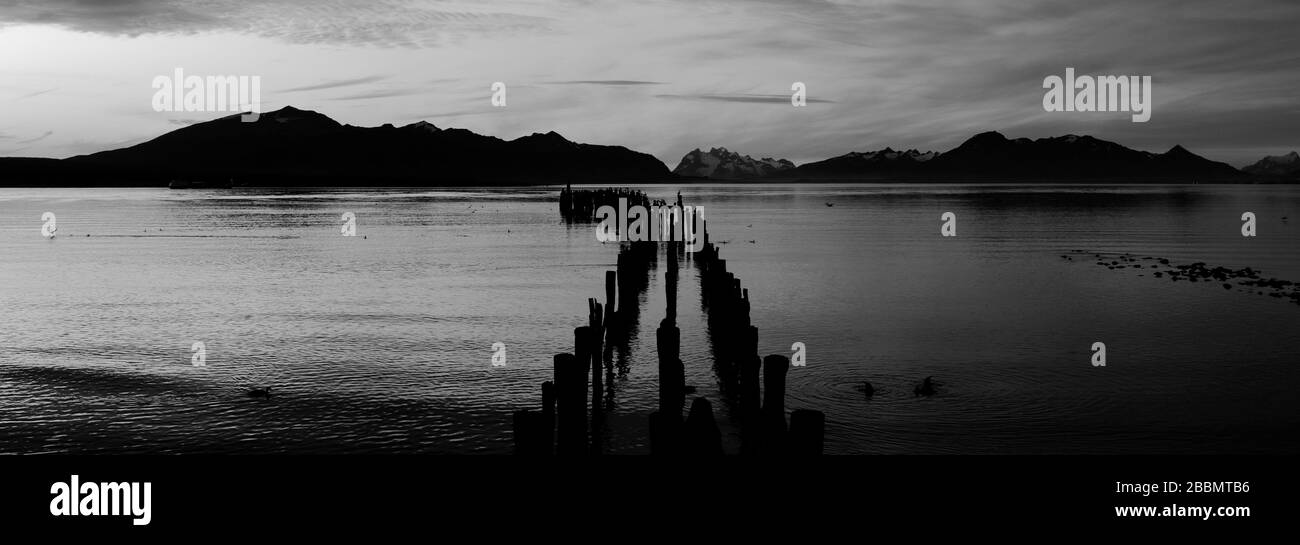 Puesta de sol sobre el Golfo del Almirante Montt, ciudad de Puerto Natales, Patagonia, Chile, América del Sur Foto de stock