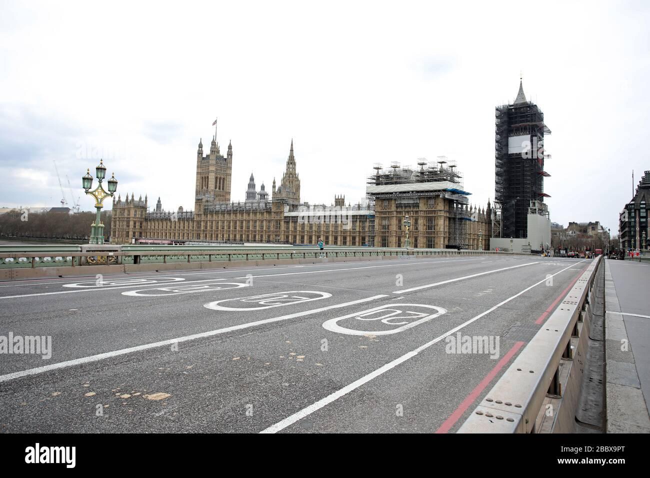 Londres, Reino Unido. 1 de abril de 2020. Día nueve de Lockdown en Londres. El puente de Westminster está casi vacío mientras el país se encuentra bloqueado debido a la pandemia del coronavirus COVID-19. No se permite a la gente salir de casa excepto por compras mínimas de alimentos, tratamiento médico, ejercicio - una vez al día, y trabajo esencial. COVID-19 Coronavirus Lockdown, Londres, Reino Unido, el 1 de abril de 2020 crédito: Paul Marriott/Alamy Live News Foto de stock