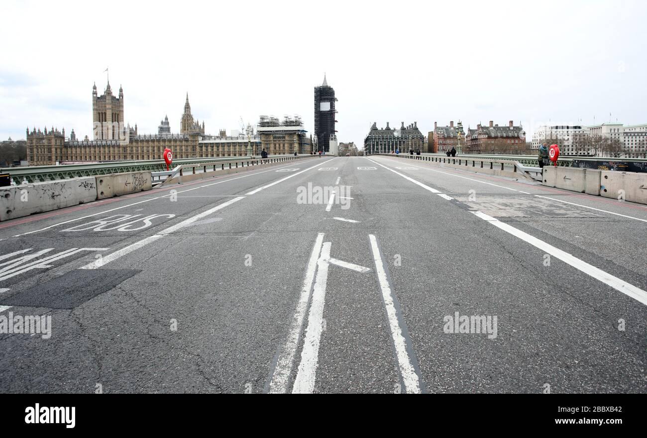 Londres, Reino Unido. 1 de abril de 2020. Día nueve de Lockdown en Londres. El puente Westminster, que casi no tiene tráfico, ya que el país está en encierro debido a la pandemia del coronavirus COVID-19. No se permite a la gente salir de casa excepto por compras mínimas de alimentos, tratamiento médico, ejercicio - una vez al día, y trabajo esencial. COVID-19 Coronavirus Lockdown, Londres, Reino Unido, el 1 de abril de 2020 crédito: Paul Marriott/Alamy Live News Foto de stock