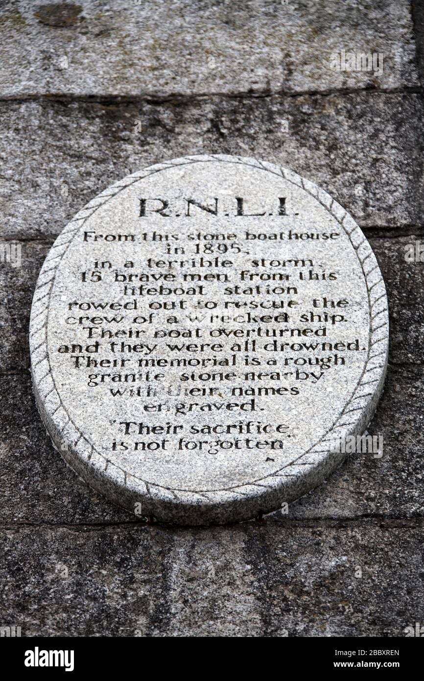 Placa conmemorativa de RNLI en el puerto de Dun Laoghaire Foto de stock