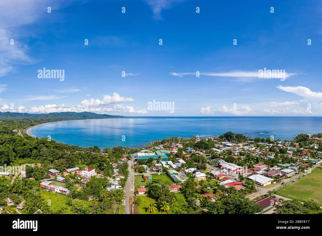 Vista aérea frente a Playa Negra y la ciudad costera caribeña sur de Puerto Viejo de Talamanca en la provincia de Limón, Costa Rica. Foto de stock