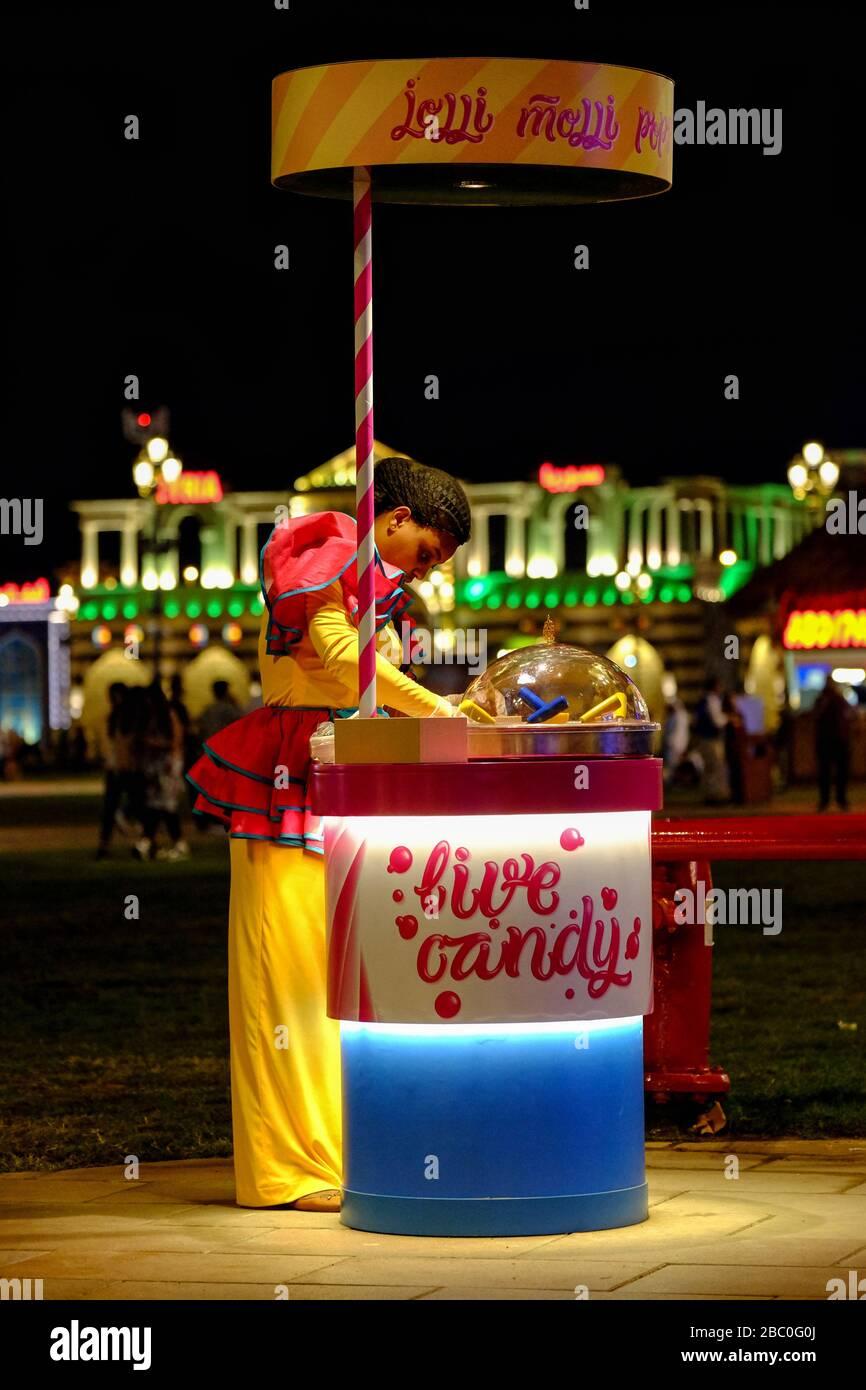 Vendedor de dulces en Global Village, Dubai, EAU. Global Village combina culturas de 90 países de todo el mundo en un solo lugar. Foto de stock
