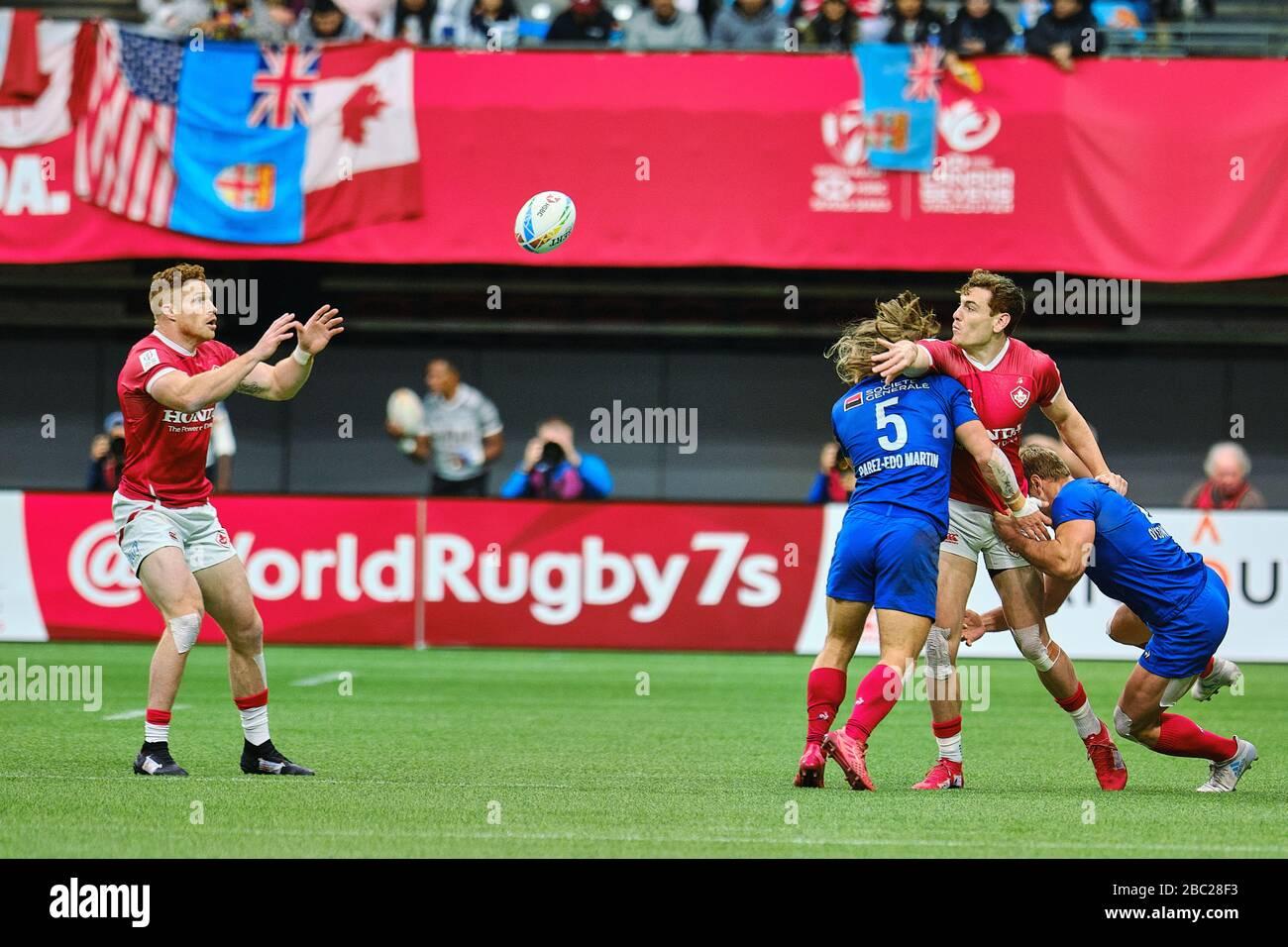 Vancouver, Canadá. 7 de marzo de 2020. Phil Berna #4 de Canadá pasa el balón al compañero de equipo Connor Braid #6 (izquierda) antes de ser abordado por Stephen Perez #5 de F. Foto de stock