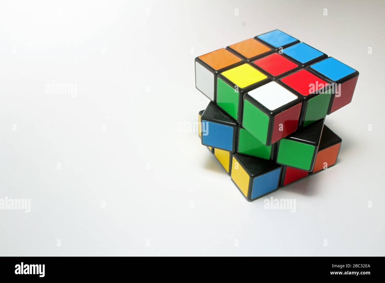 Cubo de Rubik Puzzle clásico de cubo de Rubik de 3x3x3 multicolor Foto de stock