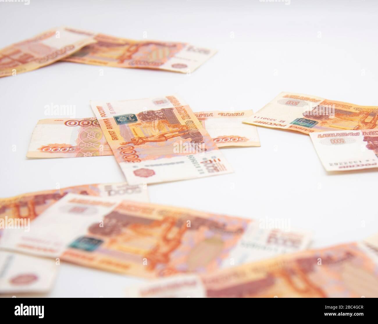 Varias cuentas de cinco mil rublos sobre fondo blanco. Foto de stock