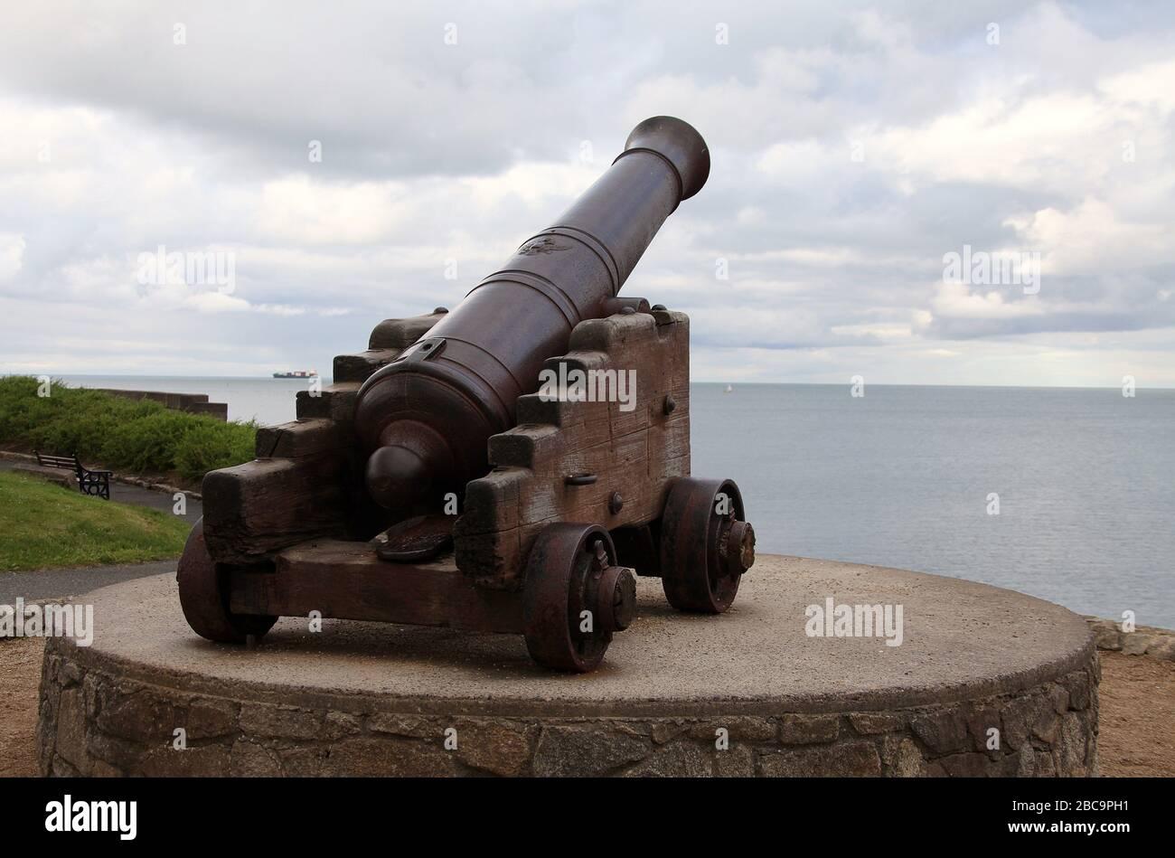 El cañón ruso histórico se exhibe en Dun Laoghaire en el condado de Dublín Foto de stock