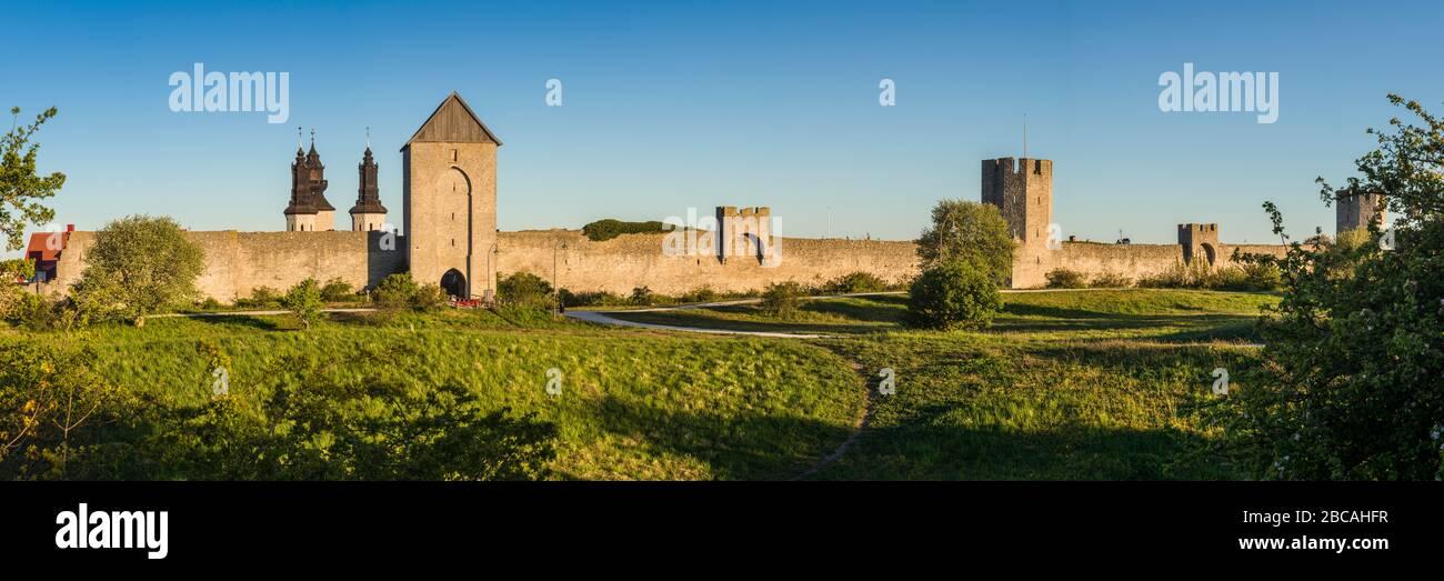 SUECIA, Isla Gotland, Visby, muralla de la ciudad del siglo XII, muralla más completa de Europa, amanecer Foto de stock