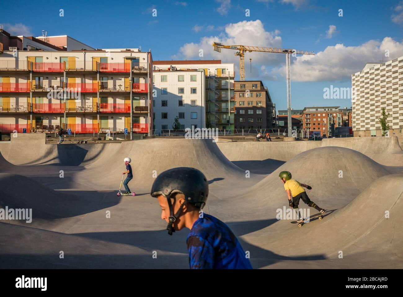 SUECIA, Scania, Malmo, zona de Vastra Hamnen, parque de patinaje con patinador, Foto de stock