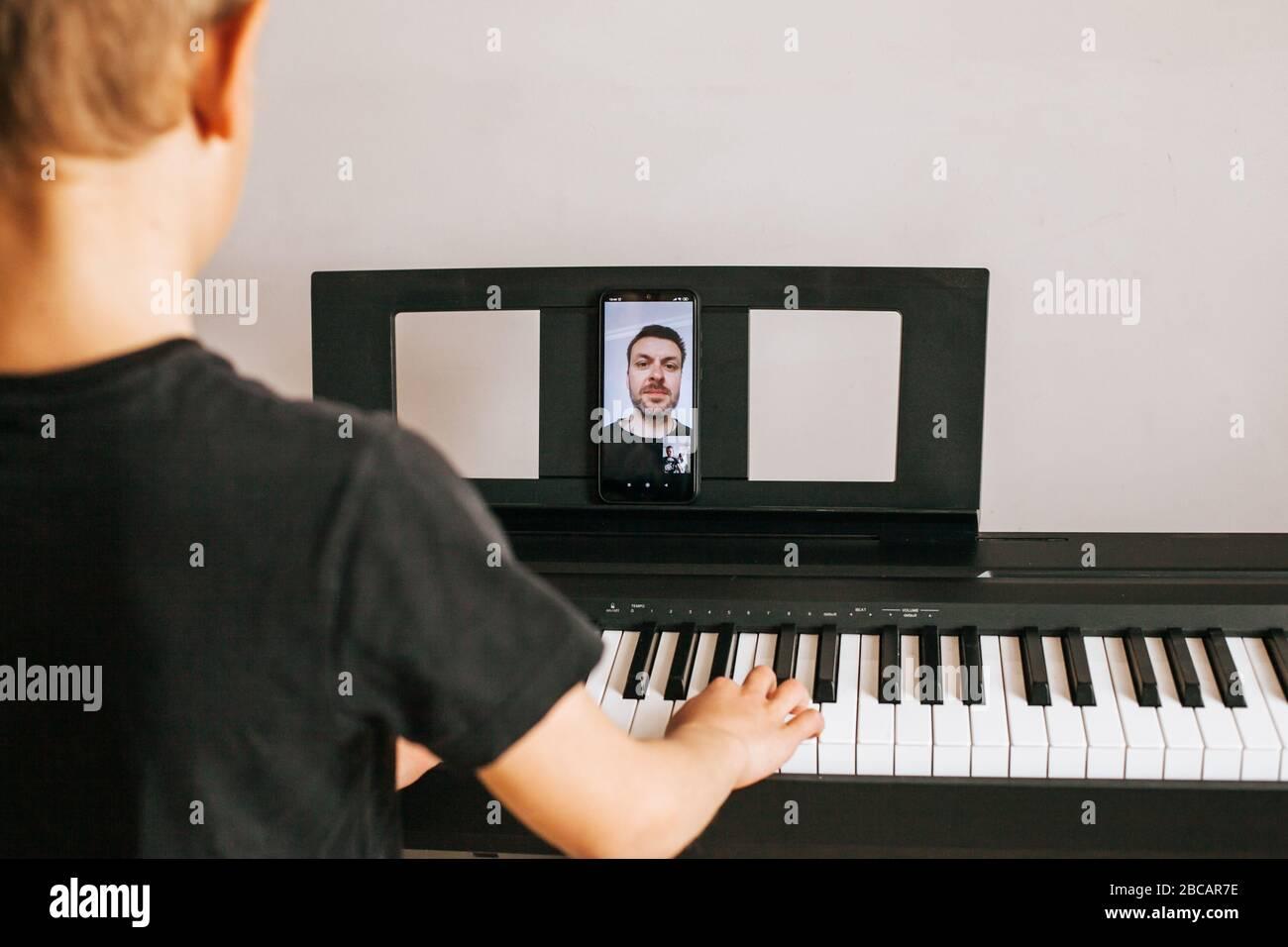 Manos de niño tocando piano.Cllose-up piano, blanco y negro teclado Foto de stock