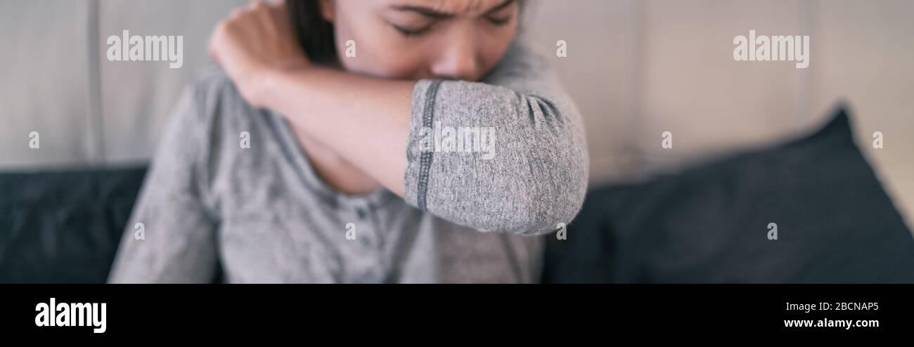 COVID-19 cobertura Coronavirus reducción del riesgo de propagación de la infección cubriendo la nariz y la boca al toser y estornudar con tejido o codo flexionado. Mujer toser banner enfoque en el brazo. Foto de stock