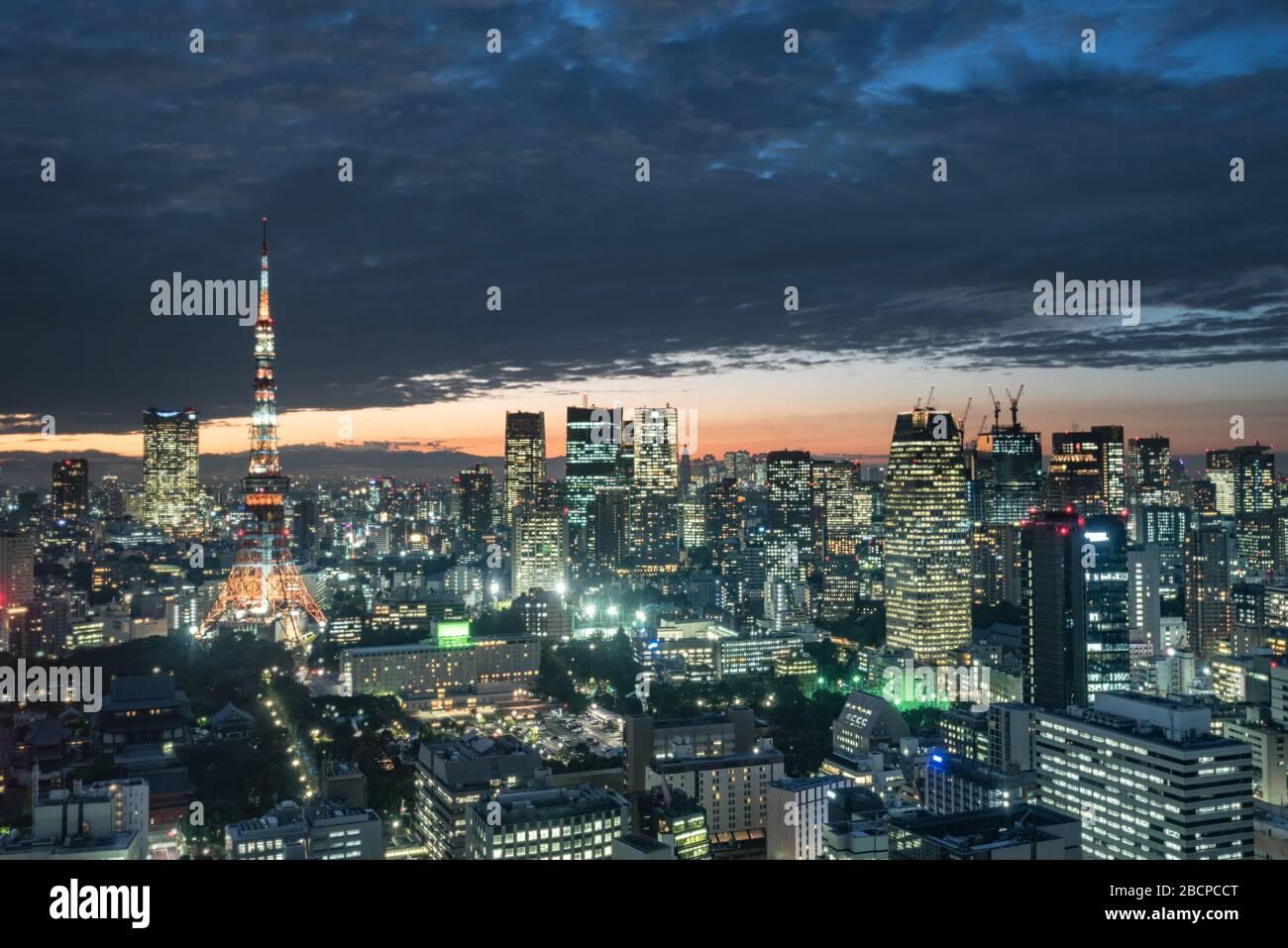 Tokio, Japón - 27 de septiembre de 2018: Vista al atardecer del paisaje urbano de Tokio desde el observatorio del edificio del World Trade Center Foto de stock