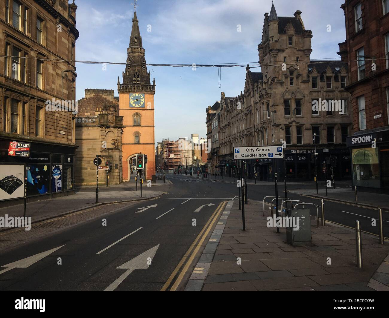 """Glasgow, Reino Unido. 5 de abril de 2020. Calles vacías en el centro de la ciudad, lo que ilustra que las pautas de distanciamiento social y los avisos de """"estar en casa"""" se están cumpliendo en la época de la crisis pandémica Coronavirus COVID-19. Crédito de la foto: noticias en vivo de jery sutton-hibbert/Alamy Foto de stock"""