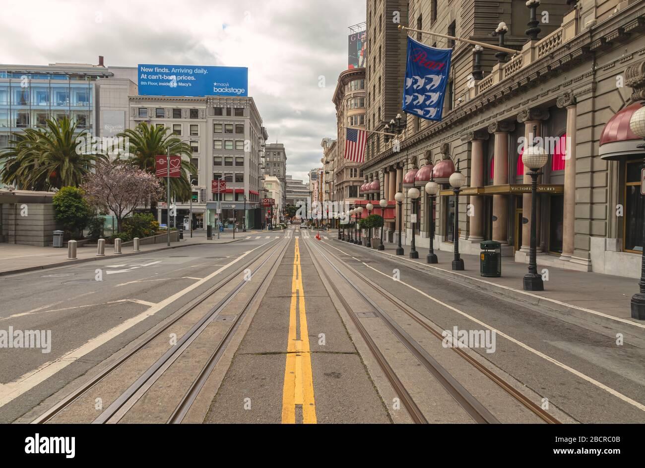 Powell Street al lado de la Union Square está vacía de turistas y tráfico durante el cierre de la ciudad debido a la pandemia de COVID-19, San Francisco, California, EE.UU. Foto de stock