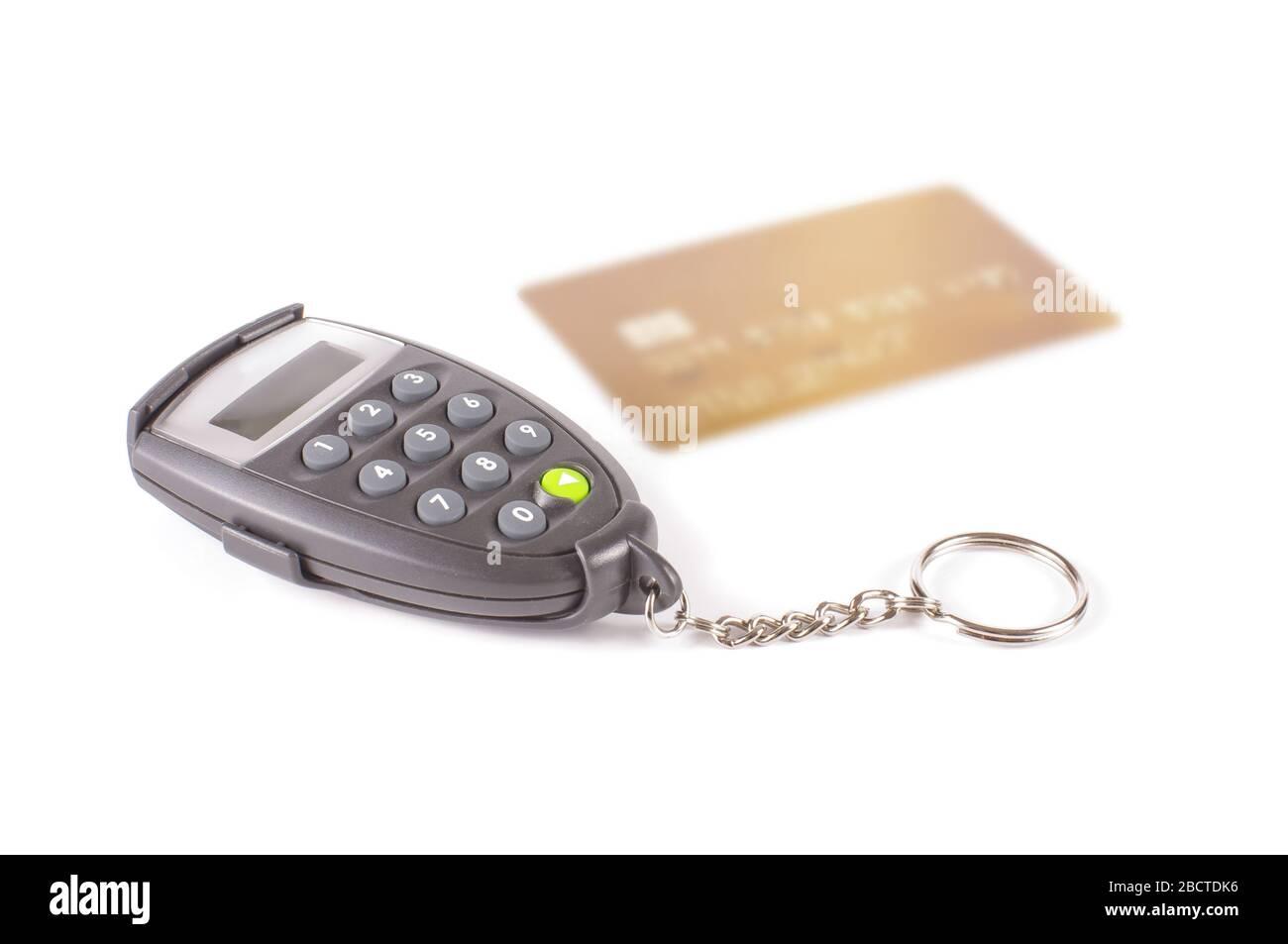 DIGIPASS y tarjeta de crédito aisladas sobre fondo blanco Foto de stock