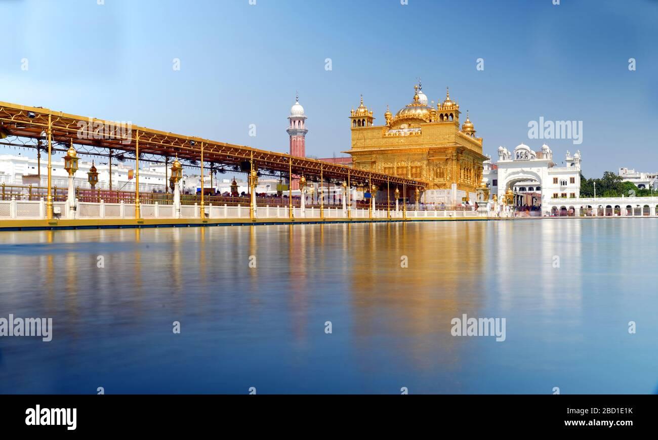 El Harmandar Sahib también conocido como Darbar Sahib, es un Gurdana situado en la ciudad de Amritsar, Punjab, India. Foto de stock