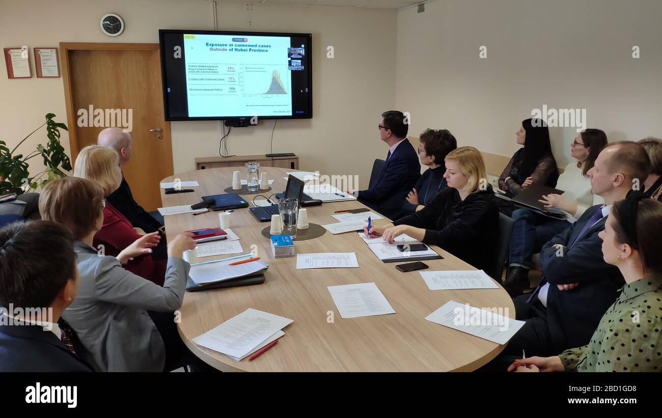 Pekín, China. 06 de abril de 2020. (200406) -- BEIJING, 6 de abril de 2020 (Xinhua) -- funcionarios y expertos lituanos de salud asisten a una videoconferencia con funcionarios chinos de salud, expertos y sus contrapartes de los países de Europa Central y Oriental (CEE) en Vilnius, Lituania, marzo de 13, 2020.se celebró UNA videoconferencia entre China y 17 países de Europa central y oriental para compartir las ideas de los expertos sobre el brote de virus y ofrecer medidas viables para combatir el virus y la enfermedad. China publicó el lunes un calendario sobre cómo ha compartido información y ha avanzado la cooperación internacional en la lucha contra la Foto de stock