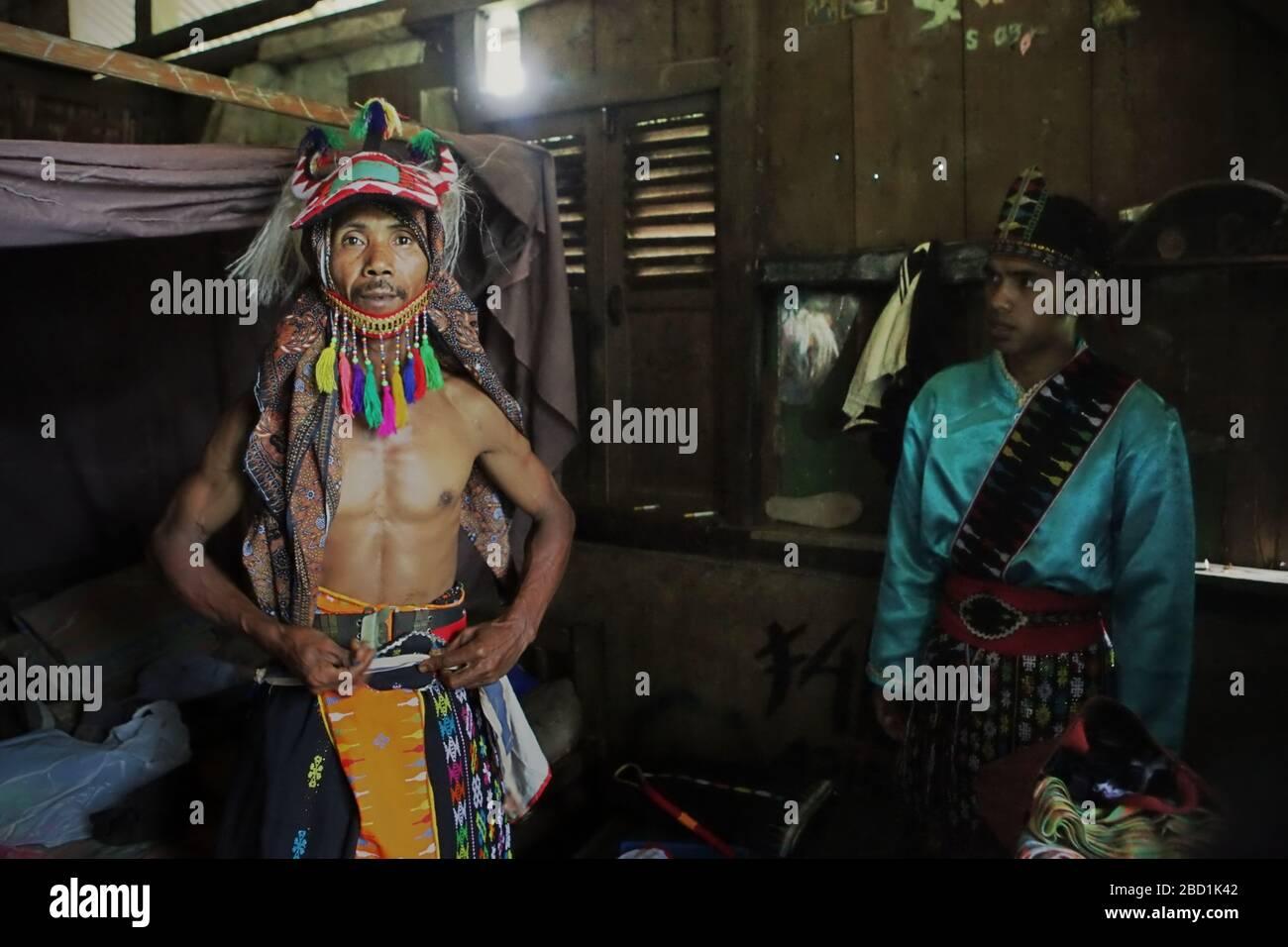 Un artista de caci (artes escénicas tradicionales de lucha contra el látigo de Indonesia), se prepara para un espectáculo. Foto: Reynold Sumayku Foto de stock