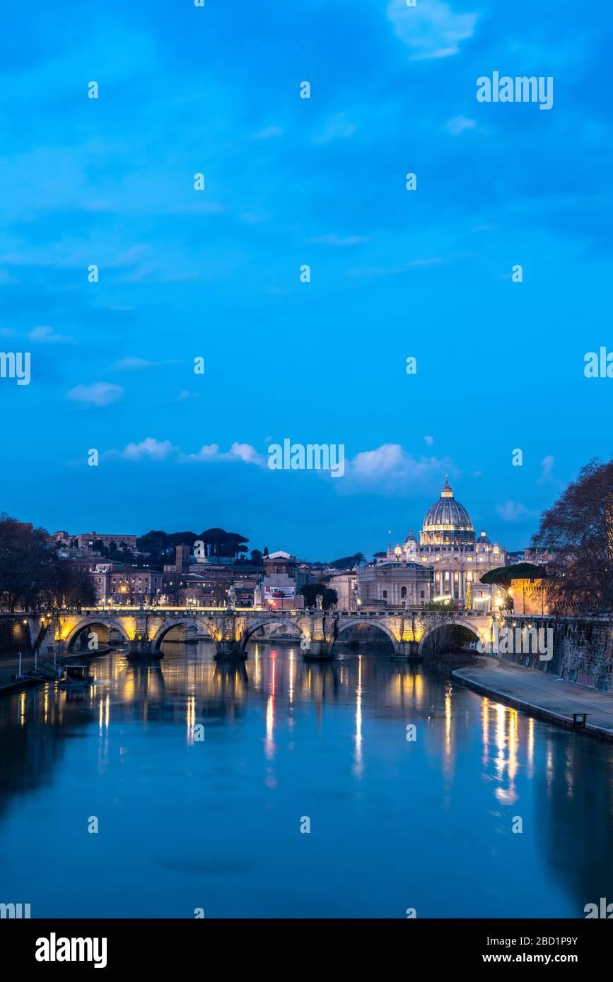 Río Tíber con el puente Umberto I y la Basílica de San Pedro (Basílica de San Pietro) en el fondo al atardecer, Roma, Lazio, Italia, Europa Foto de stock