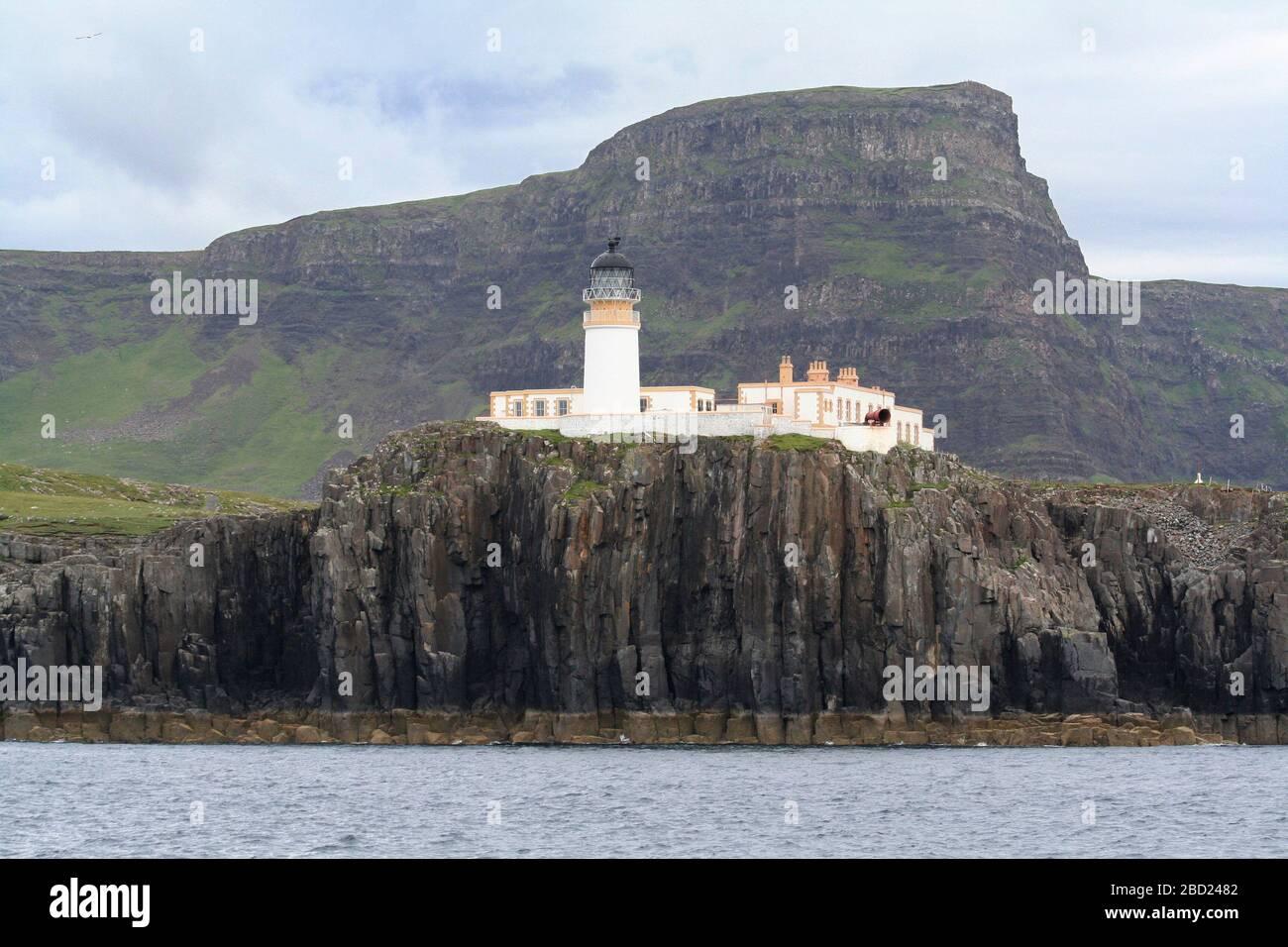 Faro de Neist Point desde el mar, Isla de Skye, Hebrides, Escocia Foto de stock