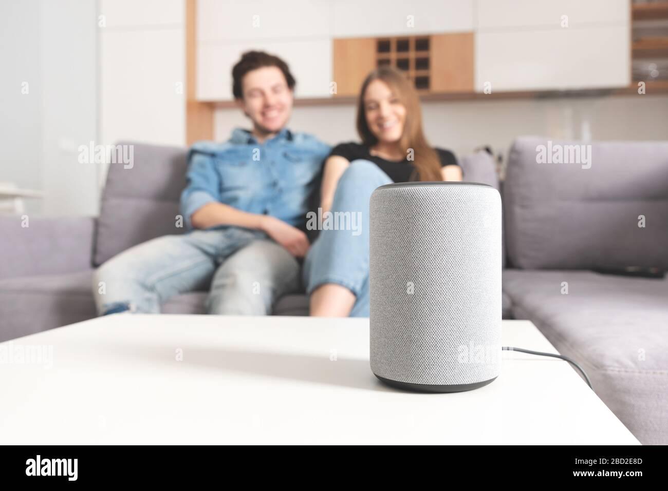 Asociar el comando de conversación con el altavoz inteligente. Asistente inteligente en sistema de hogar inteligente. Foto de stock