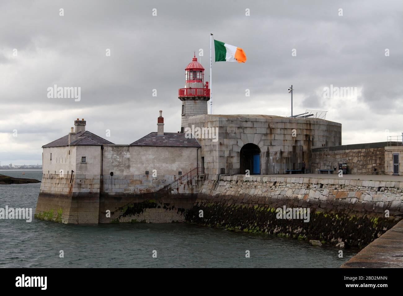 Bandera Nacional de Irlanda volando en el faro de Dun Laoghaire en el condado de Dublín Foto de stock