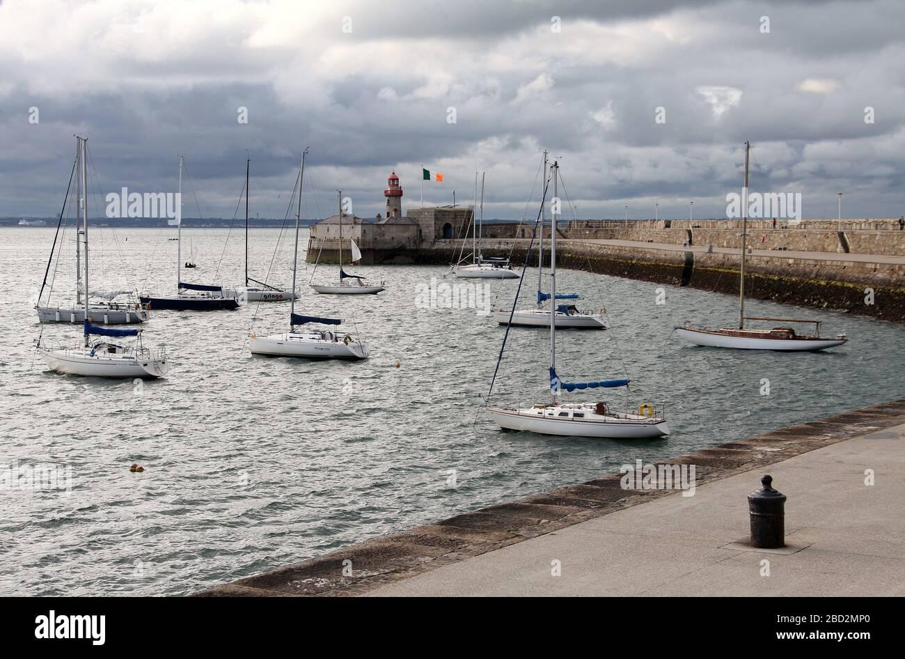 Muelle este en Dun Laoghaire en Irlanda Foto de stock