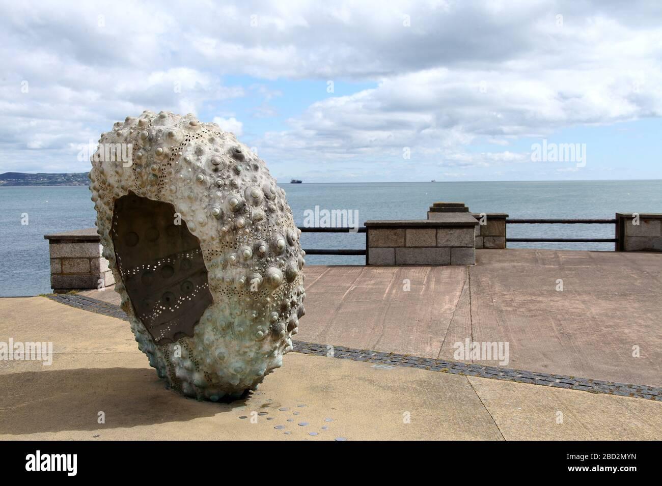 Escultura de erizos de mar llamada Patria por Rachel Joynt en la costa sur de Irlanda Foto de stock