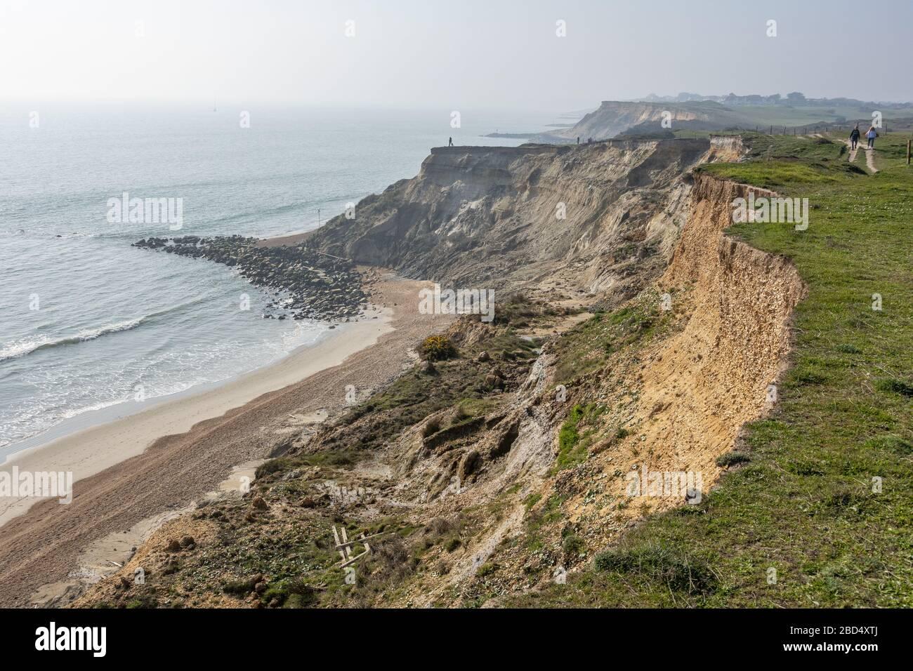 Erosión costera a lo largo de la costa entre Milford-on-sea y Barton-on-sea en Hampshire, Inglaterra, Reino Unido Foto de stock