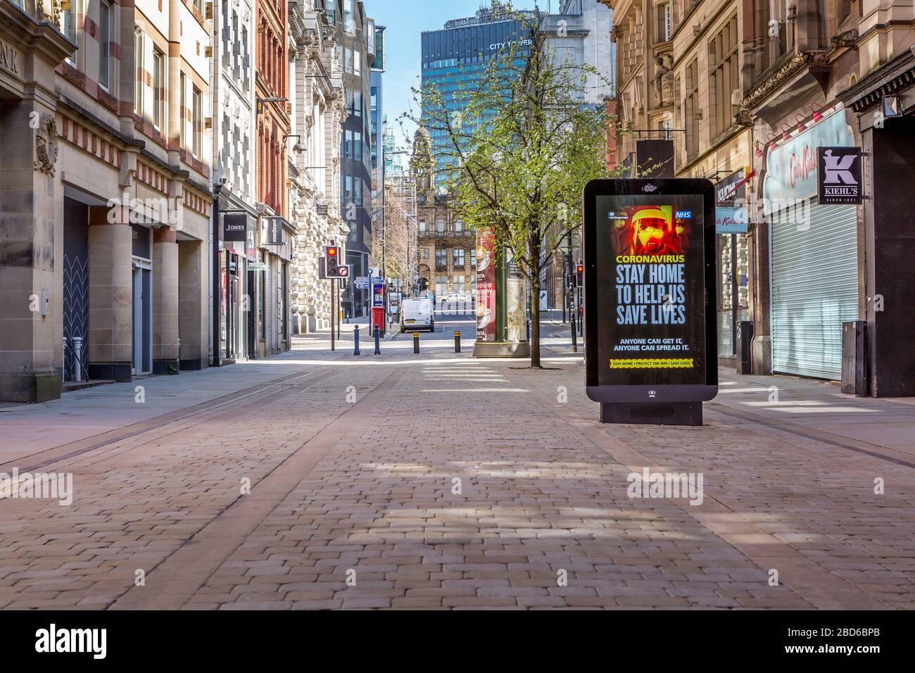 Señales DE 'Stay Home Save Lives', brote de coronavirus, King Street, Manchester City Center, Reino Unido, abril de 2020. Foto de stock