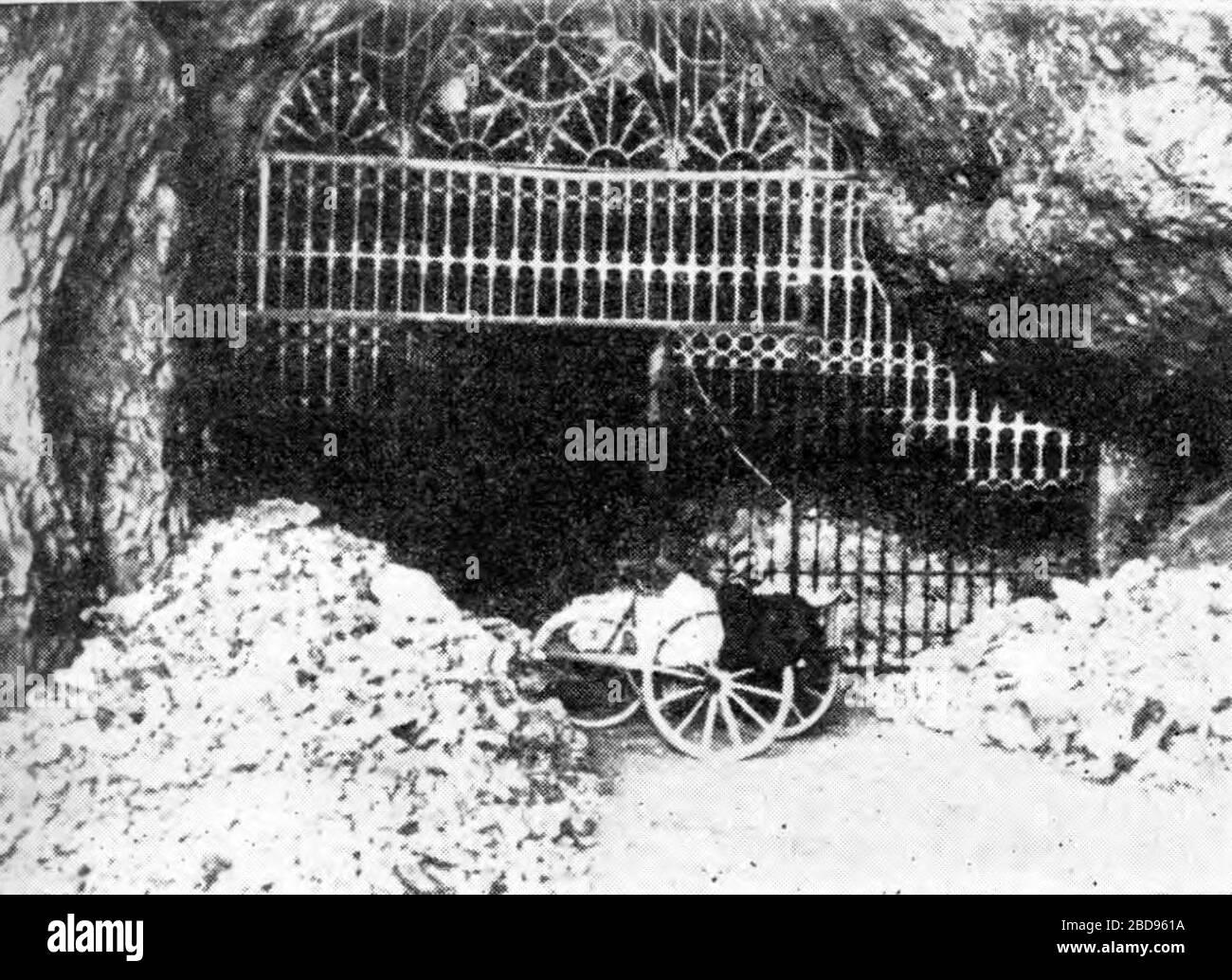 'lovenščina: Čiščenje Postojnske jame po požigu bencina.; 1944; http://www.znaci.net/00003/7xx.php?bk=822; Autor desconocido; ' Foto de stock