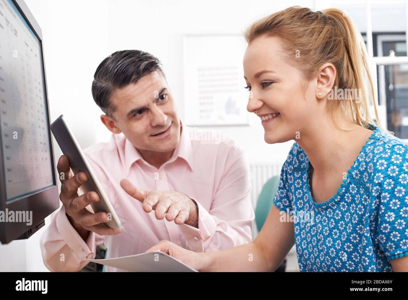 Hombre Mujer Formación en Office mediante tableta digital Foto de stock