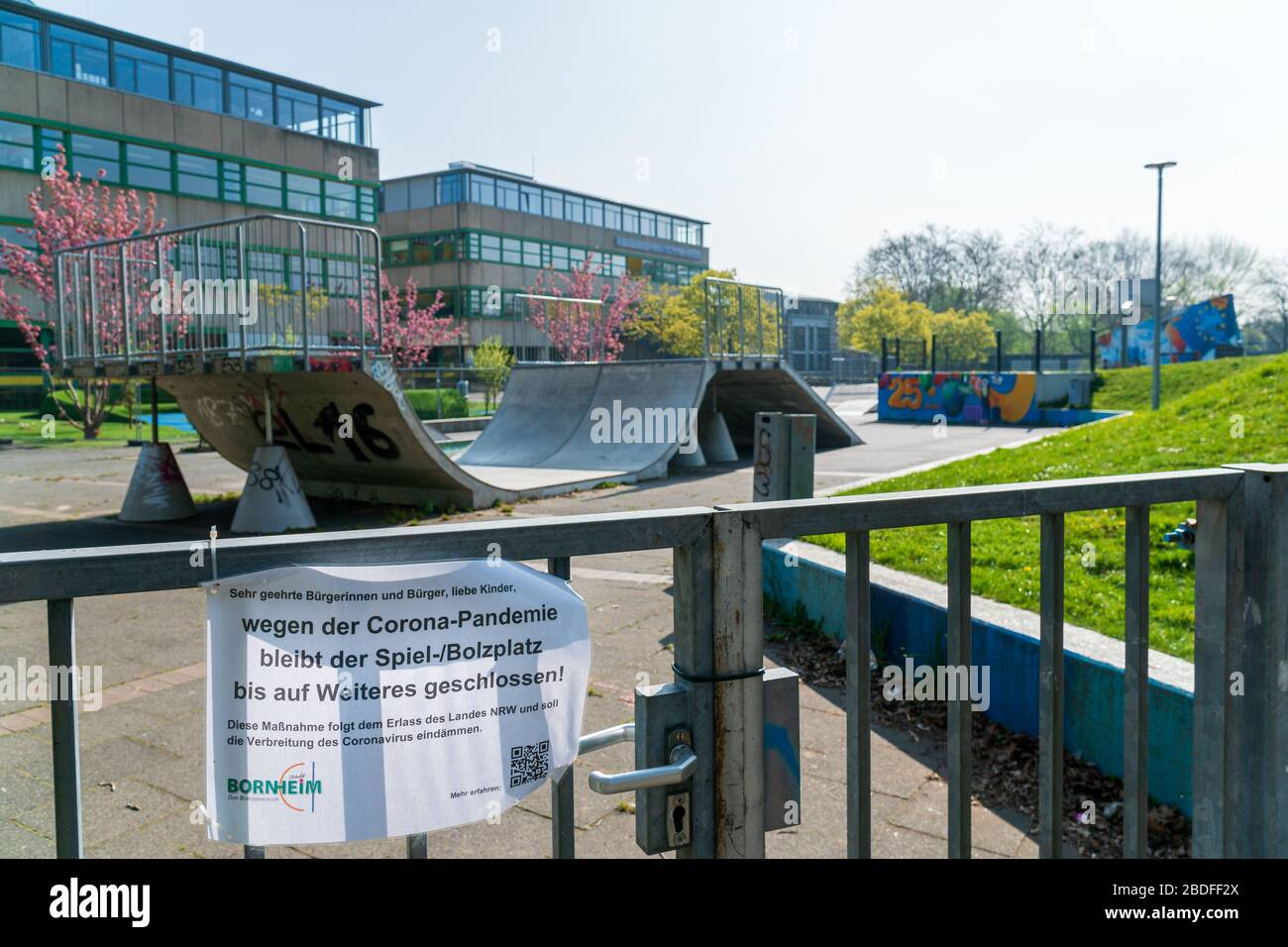 Bornheim, Renania del Norte-Westfalia, Alemania - 7 de abril de 2020: Escuela Europea local (Europaschule) con parque de patinaje cerrado debido al virus mundial de la corona Foto de stock