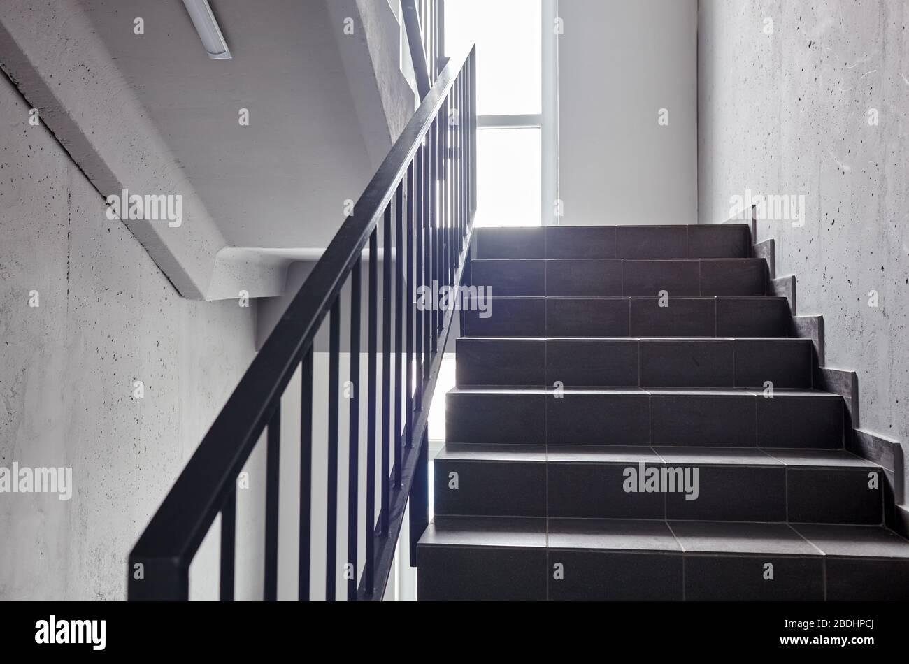 Escalera - salida de emergencia en el hotel o edificio de oficinas, escalera de acceso, escaleras interiores. Escalera en un edificio moderno Foto de stock